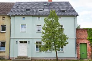 Auf der Straßenseite blieb das historische Bild mit der typischen alten Teilung der Fenster und dem grünen Putz erhaltenFotos (2): Velux Deutschland