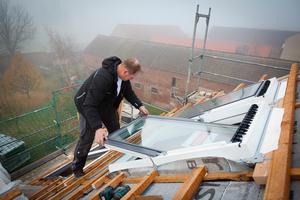 Montage der Dachfenster im sanierten und verstärkten Dachstuhl