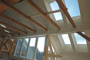 Rechts: Alle Fenster des Dachgeschosses sind montiert