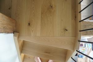 Detail der Holztreppe hinauf zur Schlafgalerie: Austritt Galerieebene<br />