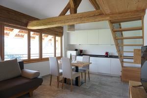 Küche der Ferienwohnung im zweiten Obergeschoss. Links das Holzfensterelement, rechts die Erschließung der Galerieebene über eine einläufige HolztreppeFotos (2): Thomas Wieckhorst