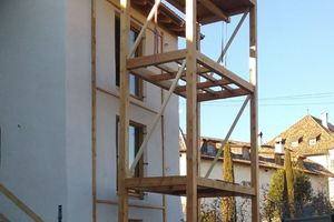 Vor den vorspringenden Anbau mit Schleppdach stellten die Handwerker einen zweigeschossigen überdachten Balkonvorbau in Holzbauweise<br />Fotos: Josef Pardatscher