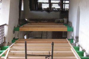 … und durch neue Holzbalkendecken ersetzt werden