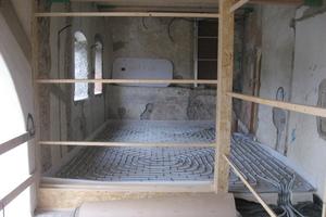 In die bestehenden Vorlauben bauten die Handwerker eine Holzkonstruktion für den Einbau raumhoher Glasschiebeelemente ein