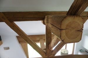 Detail des historischen Holztragwerks im Dachgeschoss: Hier musste der Kehlbalken durchtrennt werden<br />