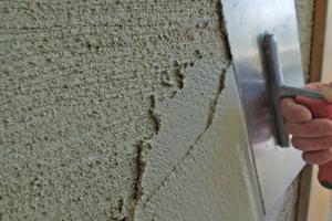 Zweite Putzlage in 10 bis 15 mm Schichtdicke auftragen und rabortieren