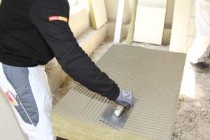 Bei Steinwoll-Dämmstoffen ohne werkseitige Beschichtung muss der gewählte Klebemörtel in die Oberfläche mit der Zahntraufel einmassiert werden (Pressspachtelung)