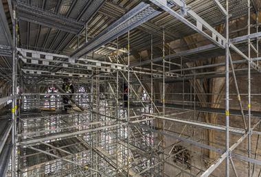"""Mit dem """"Peri Up Flex"""" Gerüst wurden abgestufte Arbeitsebenen und Zugangsmöglichkeiten geschaffen, die eine sichere Ausführung der Arbeiten am Chorgewölbe und zeitgleich am Chorgestühl erlaubten"""