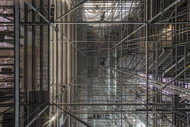Der Zugang und der vertikale Materialtransport erfolgen über einen in die Gerüstkonstruktion integrierten Treppenturm und einen Bauaufzug