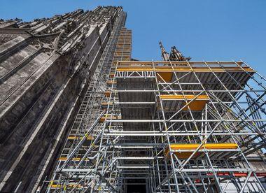 """Zur Durchführung umfangreicher Sanierungsarbeiten am Hauptturm dient das modulare """"Peri Up"""" Gerüstsystem mit einem 71 m hohem Arbeits- und Schutzgerüst"""
