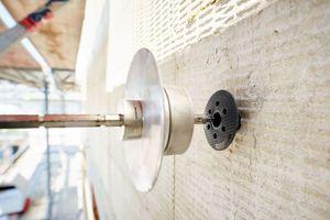 Auf Wunsch des Statikers wurden die Dämmplatten im laufenden Projekt der Märkischen Scholle mit klassischen 60-er Dübeln befestigt