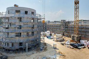 Sechs Wohngebäude errichtet die Berliner Wohnungsgesellschaft Märkische Scholle rund um diese Rotunde im Berliner Stadtteil Lichterfelde