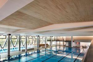 Die Deckenverkleidung schafft in der Schwimmhalle einen wirkungsvollen Ausgleich gegenüber schallharten Materialien wie Glas, Beton, Fliesen und Edelstahl