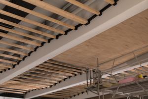 """Zwischen den Unterzügen der Betondeckenkonstruktion montierten die Schreiner in der Schwimmhalle die Deckenverkleidung aus """"Ligno Akustik light"""" PaneelenFotos: Lignotrend / Foto & Design"""