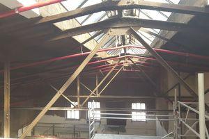 Wie das Gewölbe einer Kathedrale erstrecken sich über viele Meter Stahlstützen und Stahlträger unter den beiden Hallendächern