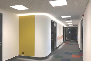 Von den Fluren mit zum Teil gerundeten Ecken in Trockenbauweise gehen im Gebäude die Büros ab<br />Fotos: Thomas Wieckhorst