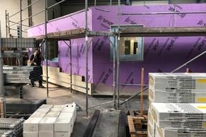 Die auch außen mit Gipskartonplatten beplankte Metallunterkonstruktion wird mit einem WDVS aus Mineralwolleplatten gedämmt<br />Fotos: BSU
