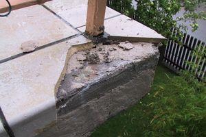 Schadensbeispiel bei einbetonierten Geländerpfosten