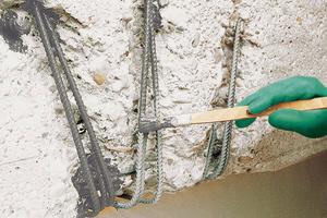 Bevor der Korrosionsschutz aufgebracht werden kann, muss der Bewehrungsstahl allseitig blank sein. Dies wird durch Sandstrahlen oder Höchstdruckwasserstrahlen (über 2000 bar) erreicht