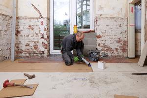 """Mit """"Cement Board Floor"""" wurde ein ze-mentgebundener Fertigteilestrich verlegt. Die Platten wurden mit Nutkleber und Flachdübeln miteinander verbunden<br />Fotos: Knauf Performance Materials / Ekkehard Reinsch"""