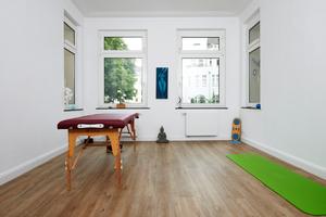 """Wohnraum mit neuem Boden: Hier bot """"Cement Board Floor"""" die perfekte Grundlage für einen zeitgemäßen Vinylboden in Holzoptik"""