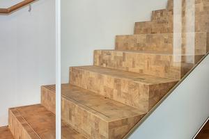 Auch auf den Treppen des Bildungscampus verlegte das Team von RM Bodenbeläge Holzpflaster im Fischgrat – in der Werkstatt vorgefertigt