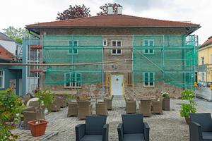 Die Renovierungsarbeiten an dem zweigeschossigen Gebäude aus Ziegelmauerwerk begannen Anfang 2019