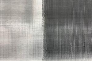 Prüfung mit Ruß (Seitenhintergrund): Dunkle Streifen, gefolgt von schmalen hellen Streifen (rechte Seite) zeugen von einer schlecht verlaufenden Oberfläche. Weniger kontrastreiche Abbildungen und gleichmäßige, nur leichte Streifenbildung (linke Seite) lassen auf einen gut verlaufenden Lack schließenFotos: CD Color