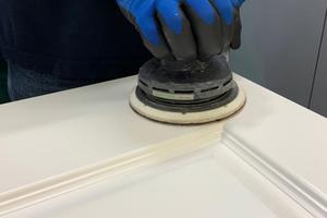 Mitte: Hochwertige Hybridlacke punkten mit einem sauberen Schleifbild, einem gleichmäßigen Abtrag und einer meist mehligen Oberfläche