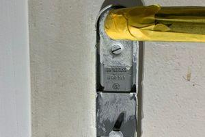 Bei mit alten Acrylsystemen gestrichenen Türen (linkes Foto) wurden die Kontaktstellen im Bereich der Türklinke häufig schnell schmuddelig und der Lackfilm weich. Das Foto rechts daneben zeigt eine auf Dauer beständige Neulackierung mit dem Wasserhybridlack
