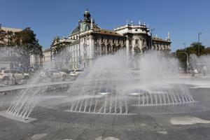 Der Stachus-Brunnen in München ist nach aufwendiger Sanierung wieder in Betrieb