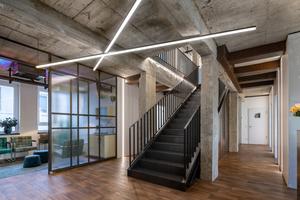 Gleich neben der zentral positionierten Treppe aus Stahl und gegenüber dem Empfangsbereich befindet sich das mit Retro-Möbeln gestaltete Wartezimmer