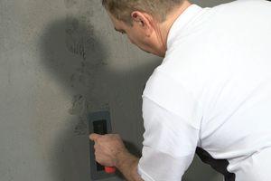 Betonausbrüche und Fehlstellen imitiert man mit der Metallico-Effektkelle durch Andrücken, ruckartiges Abziehen und sofortiges Nachglätten
