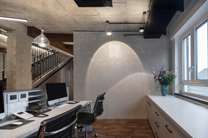 """Ein unverwechselbarer Eyecatcher ist die mit """"Creativ Sentimento 78"""" in Marmor-Feinputztechnik Sichtbetonoptik ausgeführte Wandfläche, in die das Logo der Zahnarztpraxis """"Zähne im Zentrum"""" integriert wurde<br />Fotos: Roland Borgmann / Brillux"""