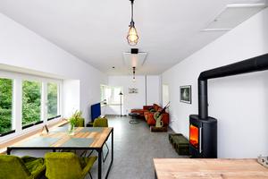 Der 28 m<sup>2</sup> große Wohnraum im Obergeschoss besteht aus offener Küche, Ess- und Wohnbereich