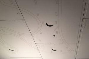 """Die relativ schweren Akustiksegel und Lichtschollen mussten wegen ihrer organischen Formen an der Unterdecke beziehungsweise der Vorsatzschale aus """"Rigips Habito"""" montiert werden"""