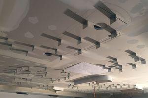 Rechts unten: Die Gestaltung der Decke und der Wände an den Stirnseiten des Auditoriums der Brainlab AG werden von organischen Formen geprägt, die an die Form und Struktur eines Gehirns angelehnt sind