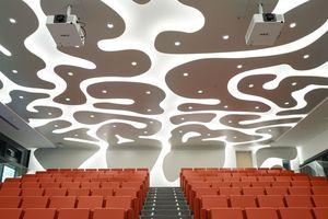 Verstärkt wird das eindrucksvolle Raumerlebnis durch die Hinterleuchtung der Freiformen an Decke und Wänden mit weißem Licht<br />Foto: Brainlab AG