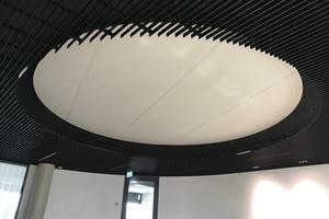 Im Empfangsraum des Vorstandsbereichs sollte eine auffällige Deckenlampenkonstruktion bestehend aus mehreren LED-Lichtscheiben realisiert werden