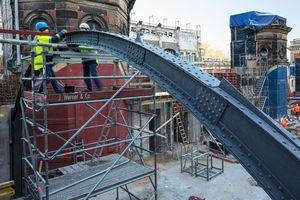 Die wieder eingebaute genietet Stahlkonstruktion im Obergeschoss besteht aus gebogenen Trägern<br />Fotos: Carsten Brügmann