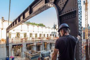 Links: Einbau der aufgearbeiteten Stahlkonstruktion mit geraden Trägern im Erdgeschoss