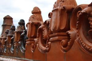 Auf den Terracottaelementen hat sich in 130 Jahren eine schwer zugängliche Patina aus Ruß, Schmutz und Öl niedergeschlagen
