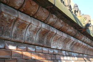 Die Wasserschäden am Mauerwerk werden mit einer Spezialpaste behandelt