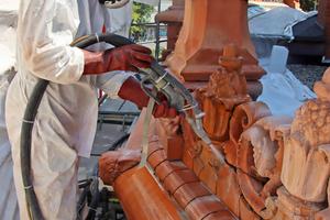 Beim Jos-Verfahren wird ein Gemisch aus Wasser und einem feinen Steinmehl durch eine Spezialdüse gepumpt
