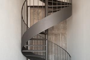 Eine Stahl-Spindeltreppe führt in einer der vier Maisonette-Wohnungen zur oberen Wohnebene