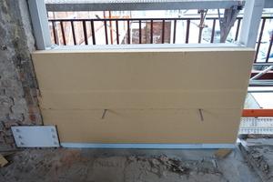 """Die Holzfaserdämmplatten konnten leicht zugeschnitten und mit hoher Maßgenauigkeit hinter der denkmalgeschützten Ziegelfassade befestigt werden<span class=""""bildnachweis"""">Foto: Eyrich Hertweck Architekten</span>"""
