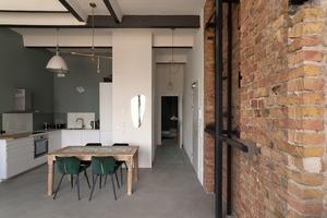 Die Spuren der Industriearchitektur setzen sich auch im Inneren fort: Mauerwerk, Stahlträger und Sichtbeton prägen die Wohnräume in der Glashütte Alt-Stralau