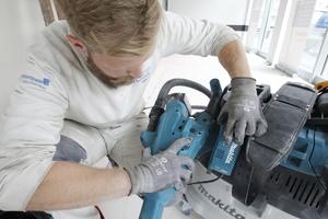 Durch gleichzeitiges Drücken der entsprechenden Bedienknöpfe an Schleifer und Sauger werden die Geräte gekoppelt