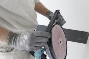 Zum randnahen Schleifen kann der vordere Teil des Bürstenkranzes leicht entfernt und am Gerät verstaut werden