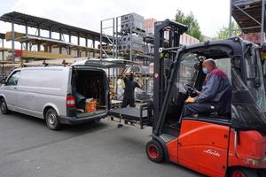 Einkauf nur mit Mundschutz: Ein Handwerker holt bestellte Ware bei Heitkamm Dachbaustoffe in Gütersloh ab
